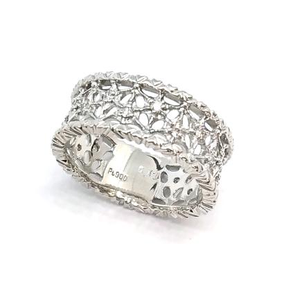 透かし柄が美しいダイヤリング