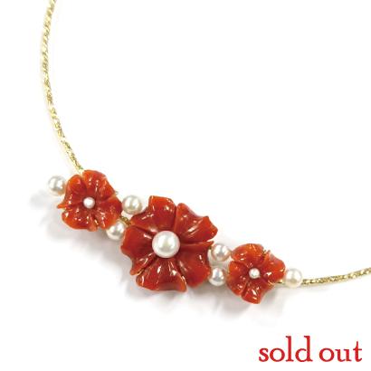 サイズ違いの花びら珊瑚が可憐なネックレス