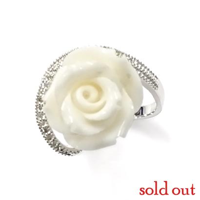 大輪の白バラを身にまとうリング
