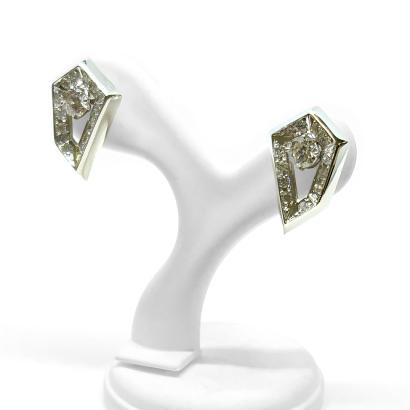 変形五角形にダイヤを留めたスタイリッシュピアス