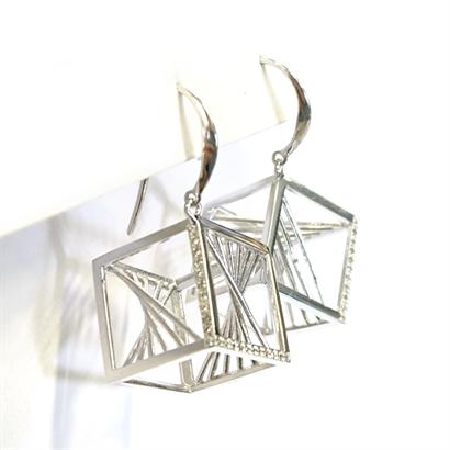 複雑な立方体のピアス