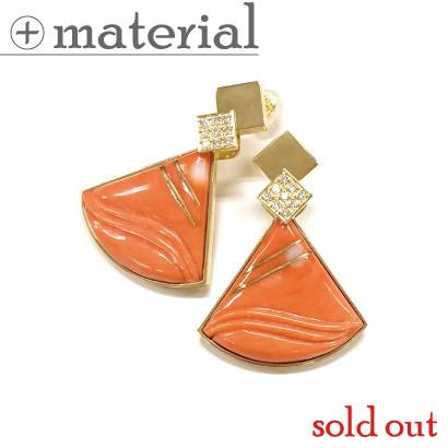 金線の象嵌を施した三角珊瑚のピアス