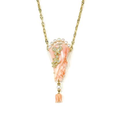 彫刻珊瑚に蝶が舞うゴージャスペンダント