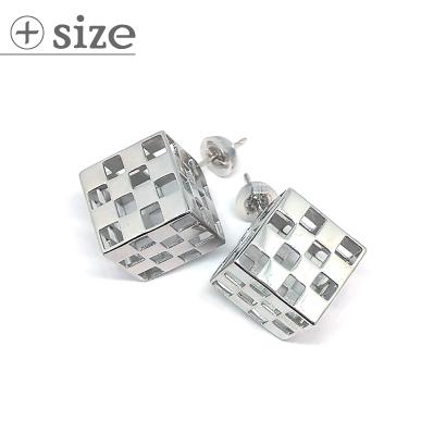 迫力の3D!市松模様の立方体ピアス