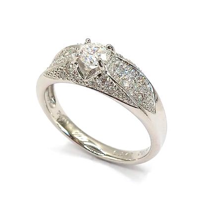 立体的なパヴェダイヤのゴージャスリング